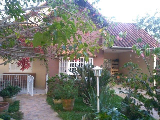 Casa com três dormitórios numa área de 720 m2 em Bairro nobre de São Lourenço-MG.