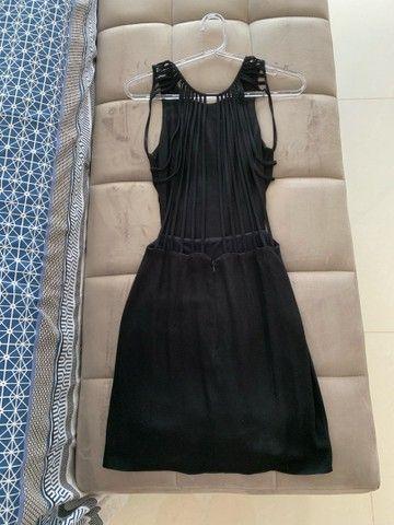 Vestido tubinho preto com detalhe nas costas - Foto 2