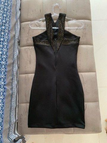 Vestido preto tubinho com detalhe dourado - Foto 2