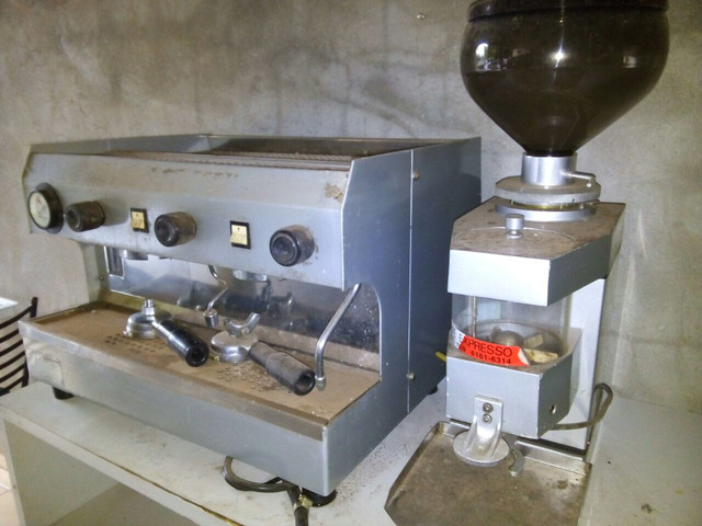Máquina de café espresso, com moinho, marca FAEMA, 02 grupos.