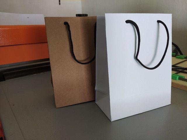 Trabalho com sacolas de papel Kraft e ofset branca  - Foto 3