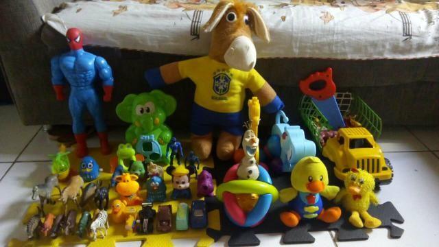 Vendo lote de brinquedos valor pra vender logo 60 reais