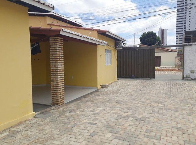 Aluga-se uma casa condomínio fechado