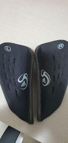 Caneleira Adidas praticamente nova - Foto 2