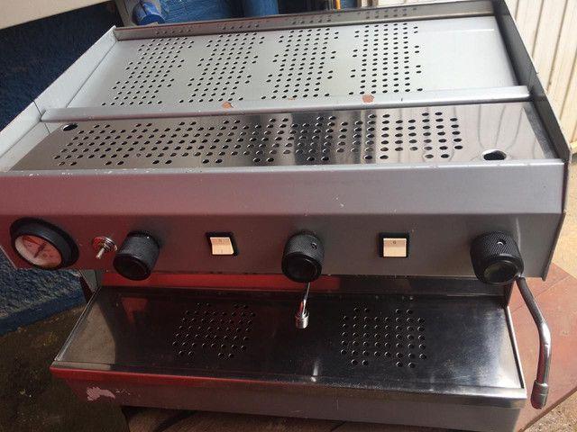 Máquina de café espresso, com moinho, marca FAEMA, 02 grupos. - Foto 3