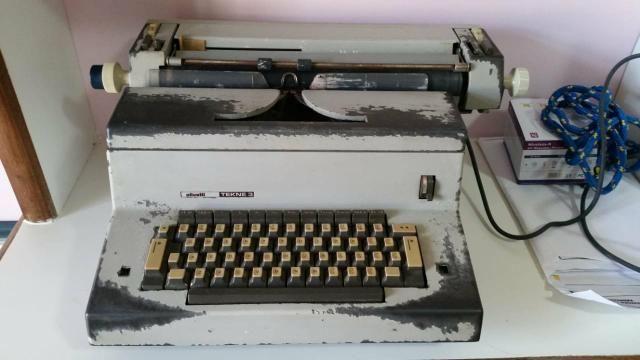 Maquina de datilografia Olivetti (modelo Tekne 3)