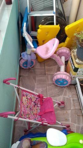 Vendo andador, motoquinha, carrinho de bebê,mesinha desmontável