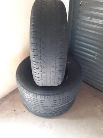 Vendo 3 pneus meia vida da hillux aro 17