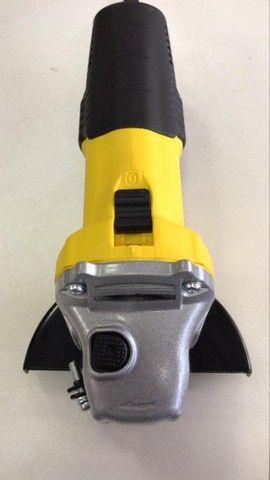 ( novo ) Esmerilhadeira angular Stanley STGS6115 amarela 220V - Foto 3