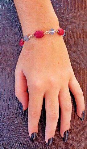 Pulseira prata leve com pedras vermelhas - Foto 2