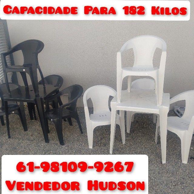 Conjunto de Mesa com Cadeiras de Plástico Poltrona Extra Forte