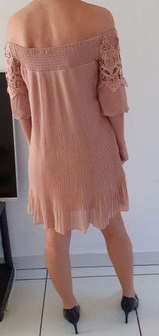 Vestido Nude ombro a ombro. Bordado e saia plissada - Foto 2