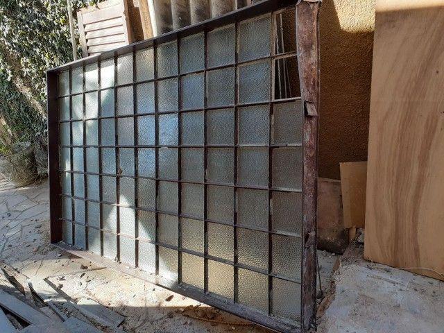 Vitral em moldura de ferro e vidro