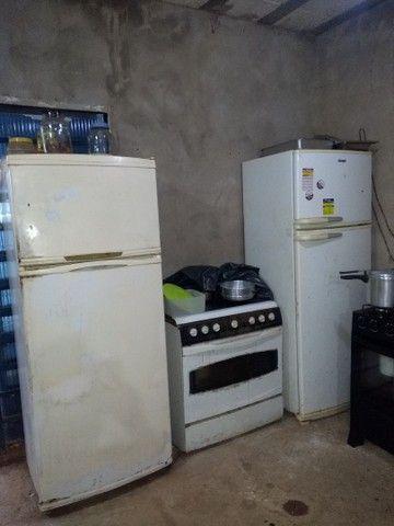 Mesa de madeira e duas geladeira - Foto 3