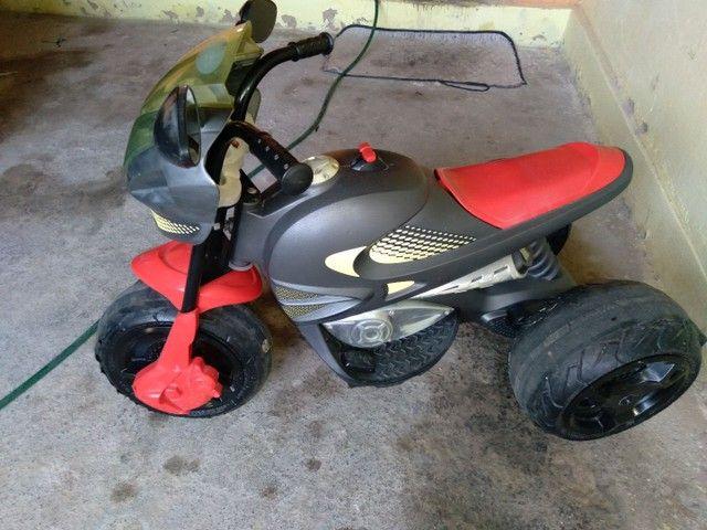 Moto elétrica bandeirante com bateria de moto.