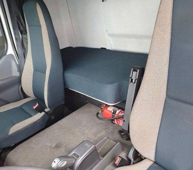 Volvo VM 270 6x2  no Baú Seco - Foto 5
