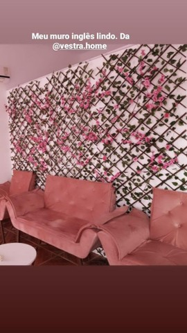 Três treliças pra muro inglês. Não incluso as flores rosas.