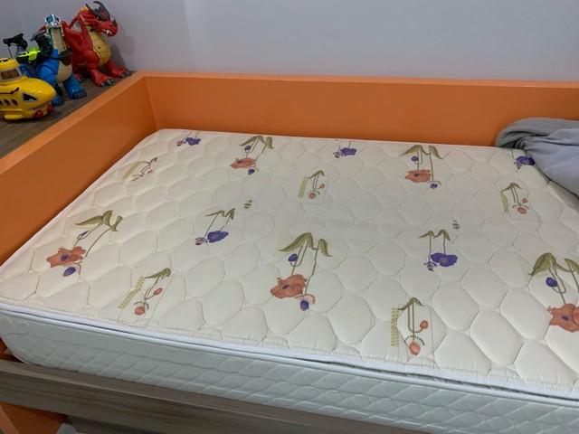 Cama com colchao tamanho 1x1,98, cama auxiliar, com painel para TV   - Foto 4