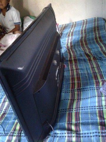 Vende-se uma tv smart 32 com defeito trincada - Foto 2