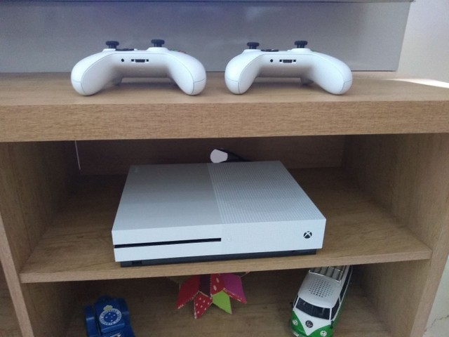 Xbox one S 1 T dois controles mais call of duth ww2 - Foto 2