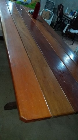 Mesa de madeira e duas geladeira