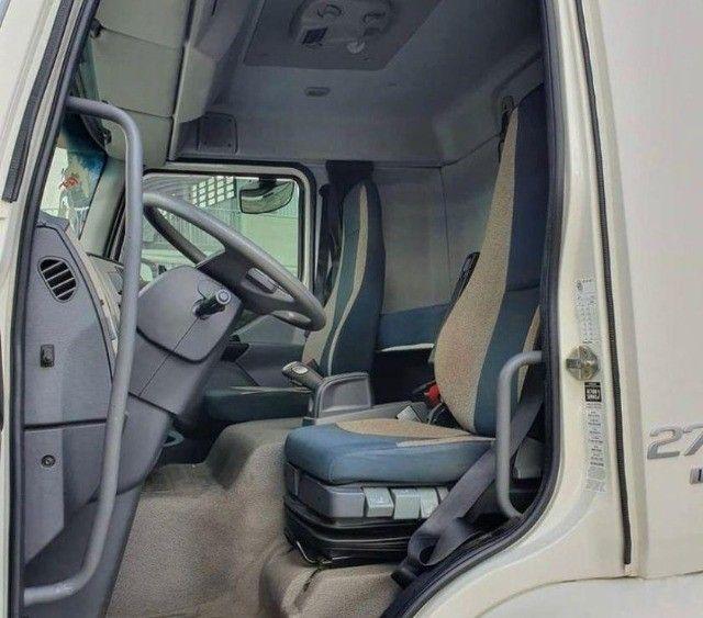 Volvo VM 270 6x2  no Baú Seco - Foto 6