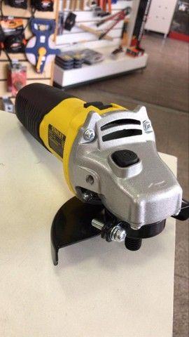 ( novo ) Esmerilhadeira angular Stanley STGS6115 amarela 220V - Foto 2