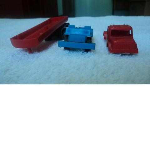 Lote de 2 Sucatas de Caminhões e 1 Reboque