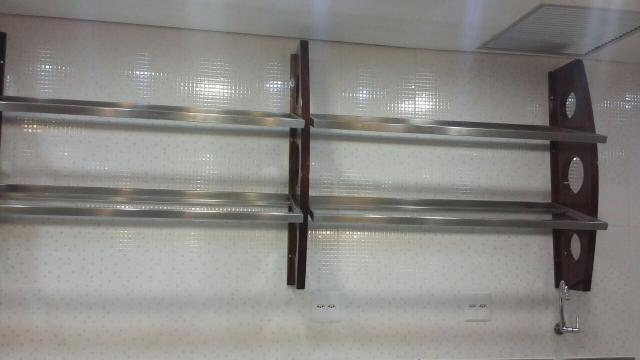 Suporte de madeira com prateleiras de inox - Foto 2