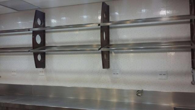 Suporte de madeira com prateleiras de inox - Foto 3