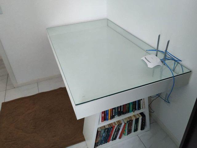 Mesa com tampo de vidro e prateleiras - Foto 2