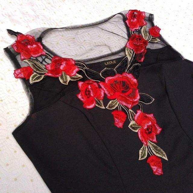 Vestido preto rodado com bordado de rosas e transparência  - Foto 3