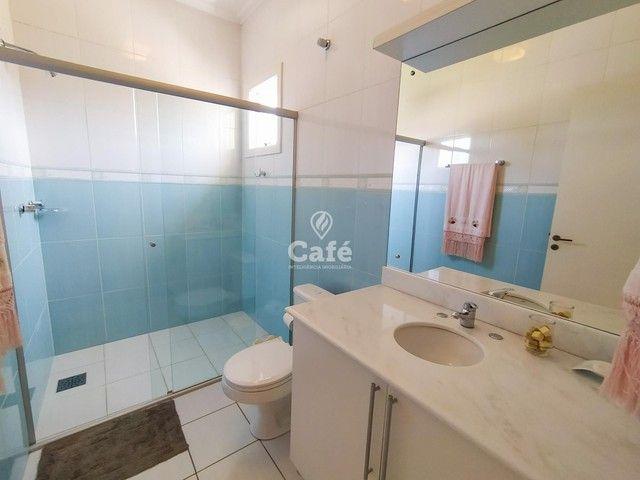 Casa possui 356,07 m² útil, com 4 amplos dormitórios, 2 Suítes sendo 2 master, piscina e s - Foto 13