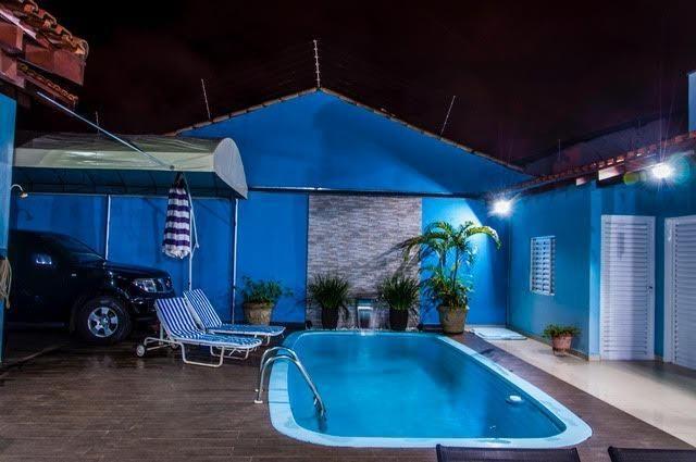 Linda casa de esquina sofisticada com piscina jardim for Piscina 4 esquinas