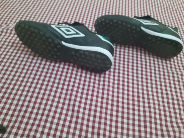 Chuteira society Umbro 39 e meião Nike L