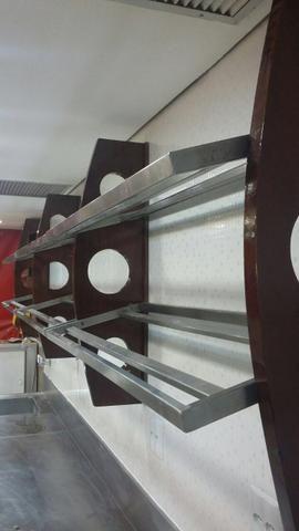 Suporte de madeira com prateleiras de inox - Foto 4