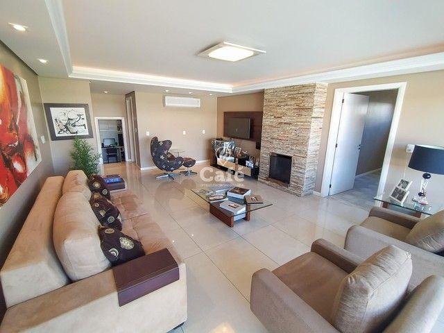 Casa possui 356,07 m² útil, com 4 amplos dormitórios, 2 Suítes sendo 2 master, piscina e s