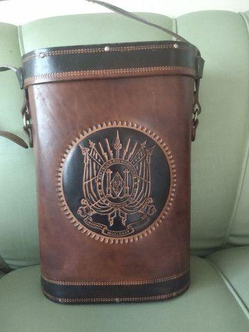 Bolsa em couro para transporte de chimarrão.