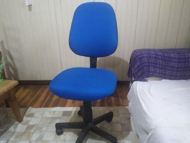 Cadeira de escritório com tecido azul nova.  - Foto 4