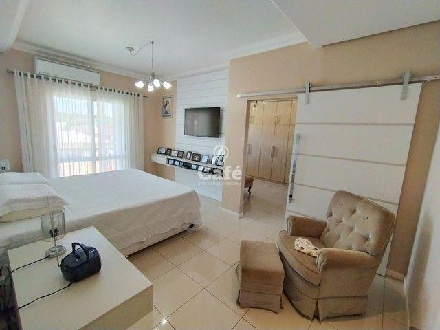 Casa possui 356,07 m² útil, com 4 amplos dormitórios, 2 Suítes sendo 2 master, piscina e s - Foto 16