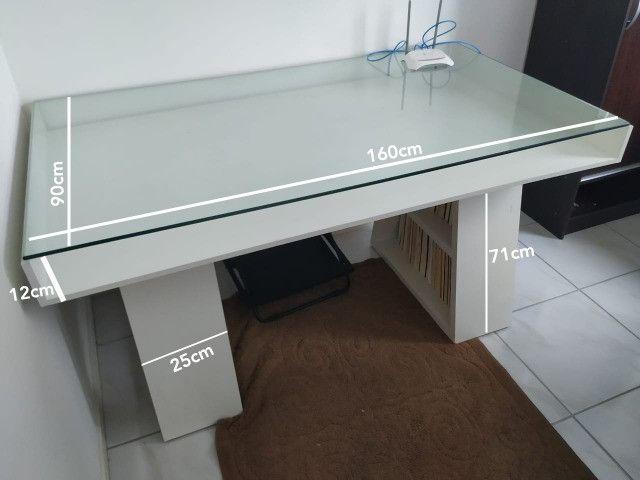 Mesa com tampo de vidro e prateleiras