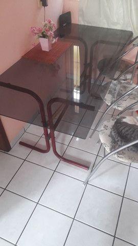 Vendo mesa de vidro e 4 cadeiras de inox - Foto 2