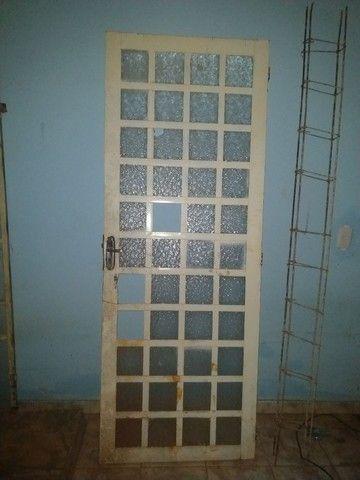 Vendo janela e porta de ferro com vidros, pintada chapada 18  - Foto 2