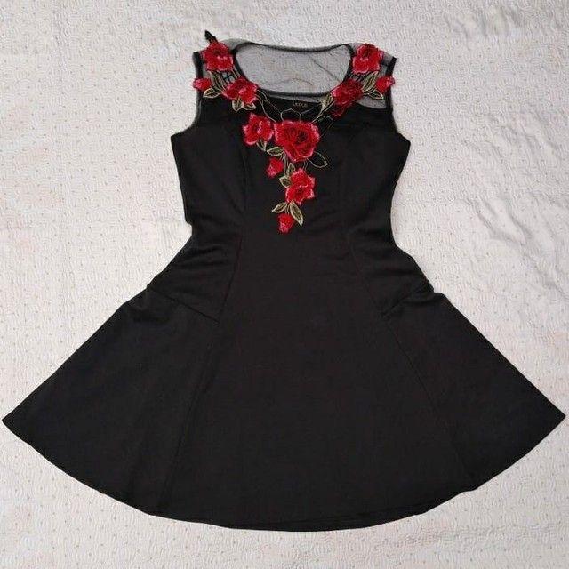 Vestido preto rodado com bordado de rosas e transparência