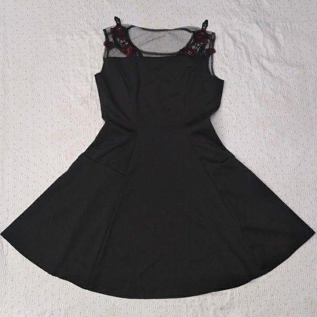 Vestido preto rodado com bordado de rosas e transparência  - Foto 2