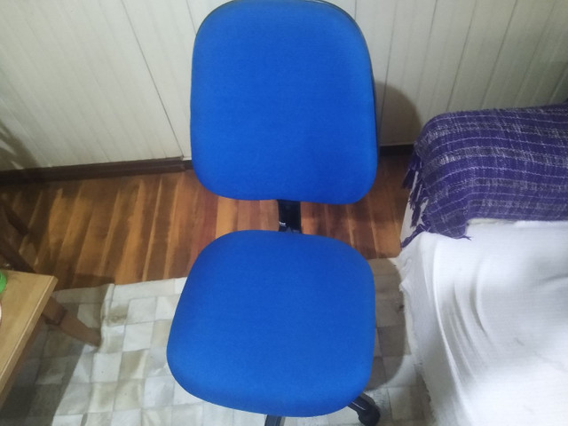 Cadeira de escritório com tecido azul nova.  - Foto 2