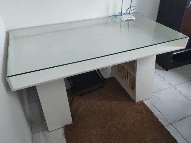 Mesa com tampo de vidro e prateleiras - Foto 3
