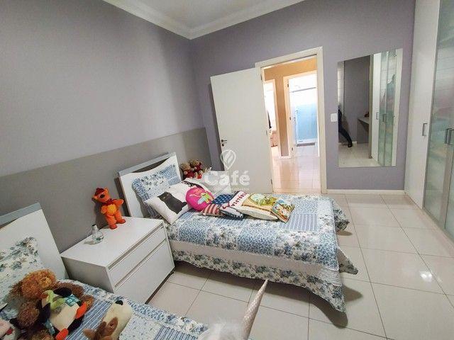 Casa possui 356,07 m² útil, com 4 amplos dormitórios, 2 Suítes sendo 2 master, piscina e s - Foto 12