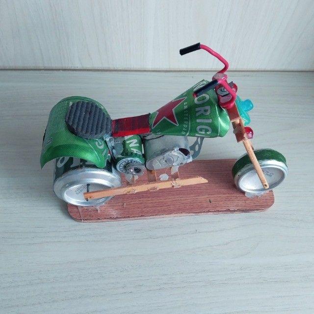 Moto Miniatura Artesanal Heineken com detalhes Minimalistas em Escala  - Foto 5