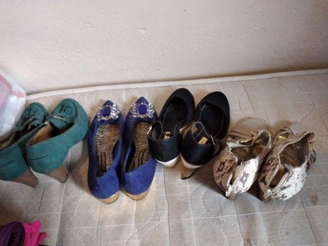 Lote com 41 peças de roupas  - Foto 4